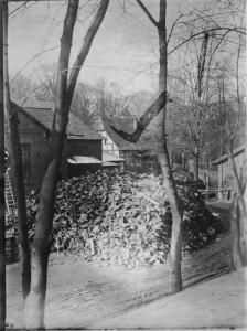 1920 Vorplatz der Holter Hütte red a