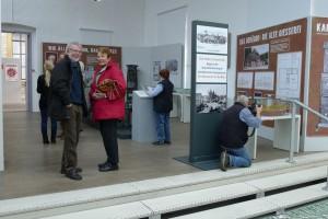 Erste Besucher der Ausstellung